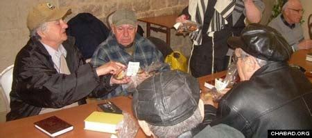 sat rabbi went hungry soup kitchen brings happiness during winter holiday chabad lubavitch news