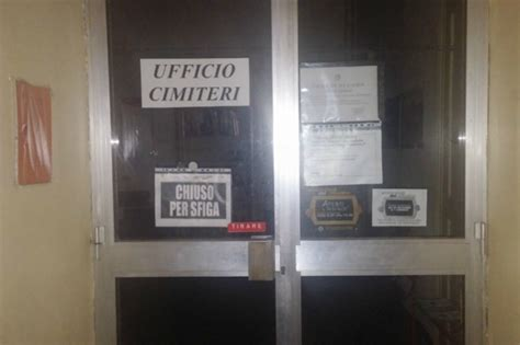 cartelli ufficio como all ufficio cimiteri compare il cartello chiuso per