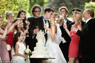 average money gift at a wedding the average wedding guest splashes out 163 377 on gifts