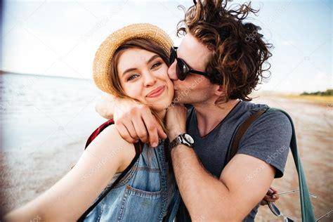 imagenes felices de parejas pareja bes 225 ndose y teniendo selfie al aire libre foto de
