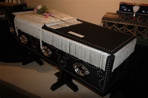 abraham lincoln in coffin file lincoln s coffin replica jpg wikimedia commons