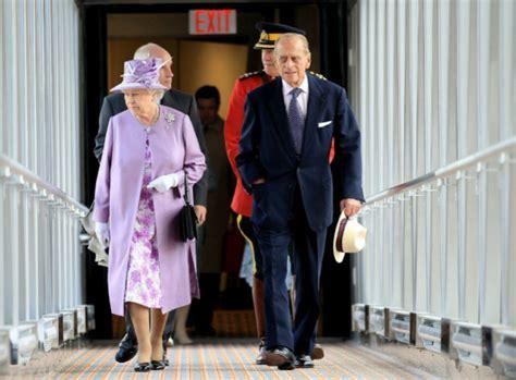 queen s bench winnipeg queen arrives in winnipeg seals letter in time capsule