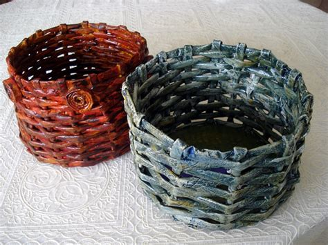 canasta echa en revista cestas con papel de peri 243 dico