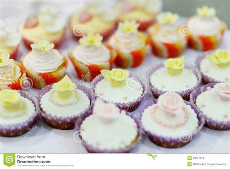 kleine herzform kuchen bunte verzierte kleine kuchen stockfotos bild 29257013