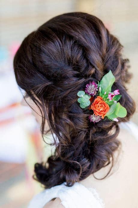 Hochzeitsfrisur Locken Blumen by 17 Brautfrisuren Mit Blumen 22 Ideen Brautfrisuren