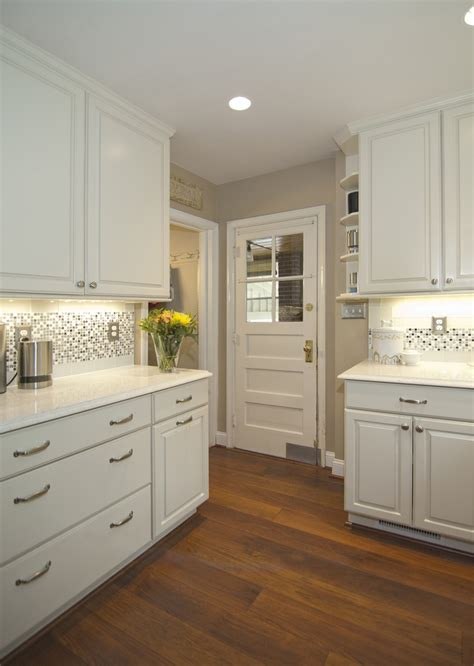 Kitchen With Glass Backsplash The Backsplash In This Kitchen Features 3x6 Cadence