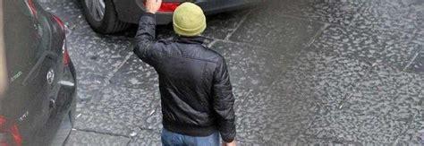 polizia municipale napoli ufficio contravvenzioni napoli l ennesima bravata di un parcheggiatore abusivo