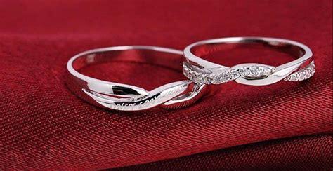 istilah cincin kawin bertahta emas terbukti timbul dari italia