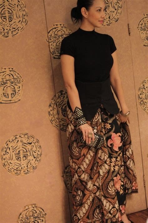 modern way to wear batik keren gelangnya dress batik