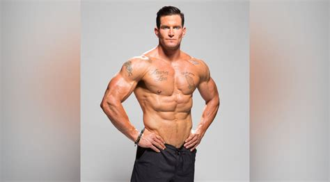 muscle and fitness how steve weatherford maintains his nfl ready body