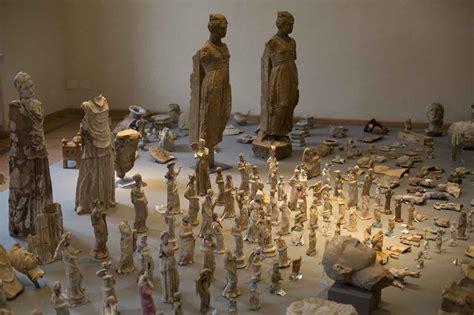 vasi romani antichi statuette e altri monili fra i reperti recuperati lapresse