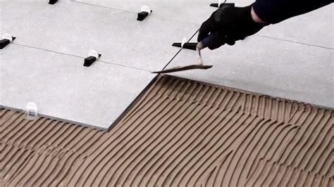 piastrellare su pavimento esistente come posare piastrelle sul pavimento con distanziatori