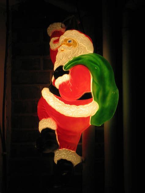 babbo natale illuminato babbo natale illuminato sale sopra la casa festivita