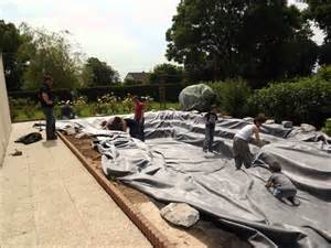 construction bassin de jardin avec cascade