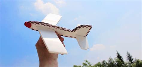 alimenti in aereo aereo che vola dal riciclo creativo di vaschette in