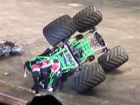 video monster truck accident monster truck crash 2 08 grave digger youtube