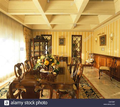 dunkler speisesaal striped wallpaper room stockfotos striped wallpaper room