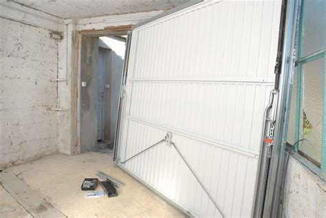 poser une porte de garage motoris 233 e bricolage avec robert