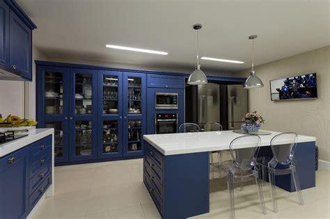 Uma Home Decor Cozinha Azul Com Arm 225 Rios Com Estilo Cl 225 Ssico Linda