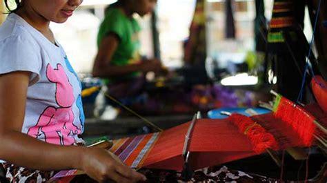 batik air lombok learn to weave at sukarara village lombok indonesia