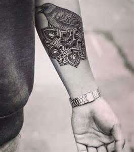 foto eine frau tr 228 gt ein mandala tattoo auf dem unterarm