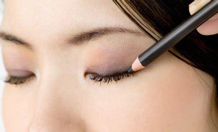 tutorial eyeliner dibawah mata tutorial eyeliner untuk mata sipit kecil agar terlihat besar