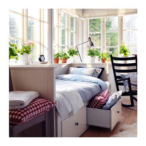 bett mit großem kopfteil wohnzimmer grau lila streichen