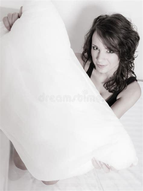 ragazza sul letto donna pigra della ragazza con il cuscino sul letto in