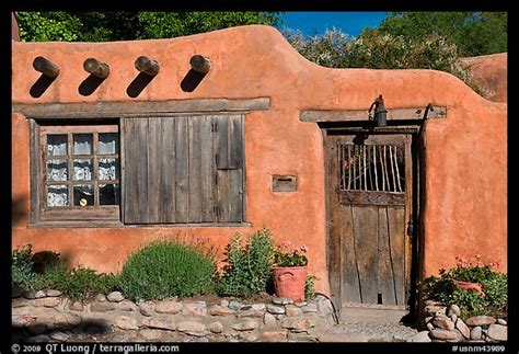 what is an adobe house picture photo adobe house santa fe new mexico usa