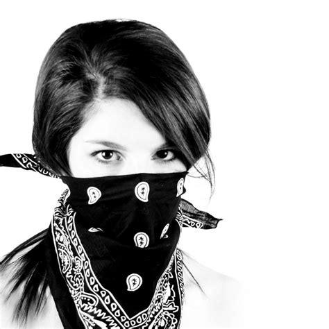Masker Bandana 5 chic ways to wear a bandana aelida