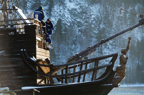 barco pirata jack sparrow la perla negra de jack sparrow atraca en siberia sputnik