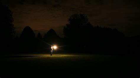 una luz en la luz en la oscuridad