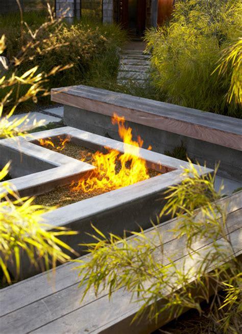 outdoor fire pits     backyard