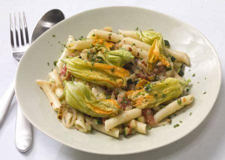 cucinare i fiori di zucchine ricetta linguine ai fiori di zucchine e cozze primo