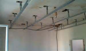 pose des suspente au plafond du bureau autoconstruction