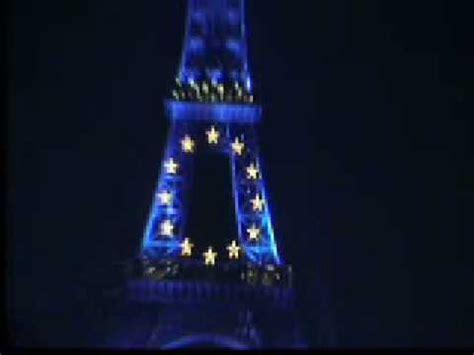 torre eiffel di notte illuminata parigi la torre eiffel di notte illuminata