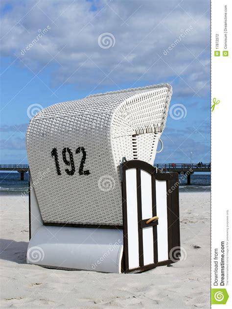 siege en osier si 232 ge en osier sur la plage sablonneuse