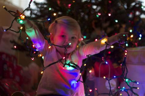taking christmas light photos with kids photoop