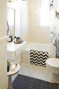 Bien Quel Carrelage Pour Salle De Bain #2: 1-aménager-une-petite-salle-de-bain-avec-carrelage-beige-et-baignoire-blanc-dans-la-salle-de-bain.jpg