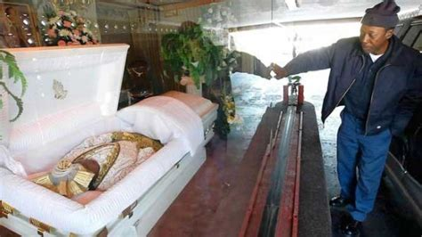 世界初となるドライブスルー葬儀場がアメリカ ロサンゼルスに登場 ファースト フード感覚でお葬式 コモン