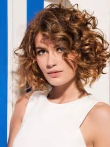 coiffure femme cheveux frises les tendances mode du