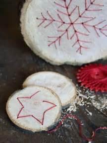 kerzenuntersetzer holz baumscheiben mit fadengrafik handmade kultur