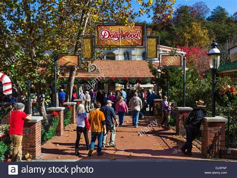 2018 dollywood and beyond a theme park lover s guide to the smoky mountain vacation region books entrance to dollywood theme park pigeon forge tennessee