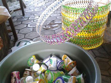 Keranjang Buah Dari Plastik dari limbah gelas minuman disulap jadi keranjang oleh