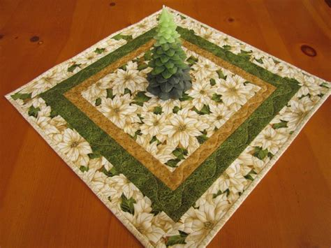 poinsettia quilted table topper on luulla
