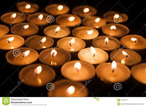 Kerzenständer Kleine Kerzen by Kleine Kerzen In Der Dunkelheit Stockfoto Bild 47789777