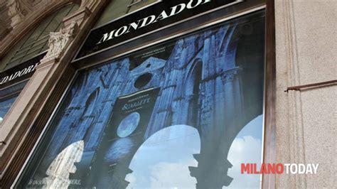 libreria mondadori piazza duomo rinnovata concessione a libreria mondadori piazza