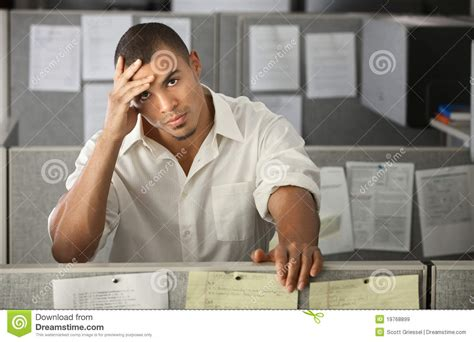 employe de bureau employ 233 de bureau de sexe masculin surcharg 233
