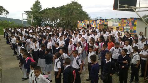 estudiantes en falditas palabras de bienvenida a los estudiantes de un colegio
