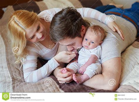 papa coge con su hija mam 225 y pap 225 que juegan con su hijo del beb 233 en la cama